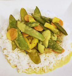 Rezept für ein leckeres vegetarisches Thai Curry mit Basmatireis. Schnell zubereitet, unglaublich lecker und liegt nicht schwer im Magen.