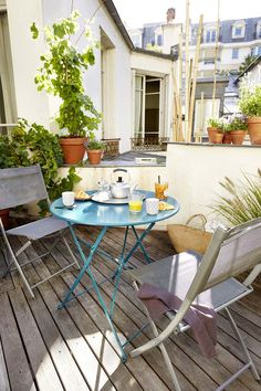 Pensez à une jolie table de jardin coloré pour le balcon