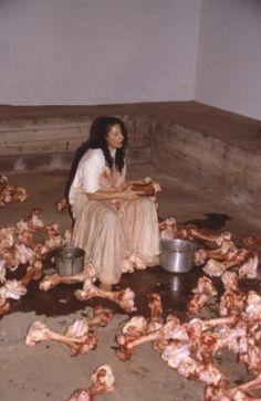 Balkan Baroque (1997) con cui vince la Biennale di Venezia pulendo per tre giorni una montagna di ossa animale cantando litanie