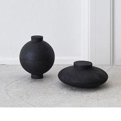Kristina Dam Studio - Køb elegant opbevaringskugle - sort – Room for Hygge, Minimalist Design, Sorting, Kitchenware, Objects, Vase, Studio, Elegant, Interiors