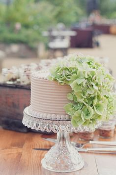 Simple yet gorgeous use of real flowers for your wedding cake!