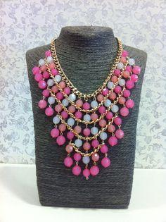Collar grande tonos rosas