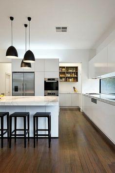 moderne küche marmor schwarze barhocker pendelleuchten weiße wandfarbe