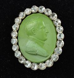 """Broche em camafeu, """"Napoleão"""" em prata e Minas Novas, medindo 5 cm por 4 cm."""
