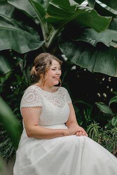 """elementar """"Curvy Bride"""" - Boho Brautkleider für große Größen - elementar - Moderne Brautkleider in großen Größen - das perfekte XXL Hochzeitskleid für deine weiblichen Rundungen. Unsere Hochzeitskleider eignen sich ganz wunderbar für die kurvige Braut ab Konfektionsgröße 44. Foto: www.dianafrohmueller.com #curvybride #curvybrautkleid #modernebraut #curvybrautmode #plussizebride #curvybrides #xxlbrautkleid #xxlbraut #curvybeauty #curvybridalgown #plussizeweddingdress #plussizebrautkleid"""