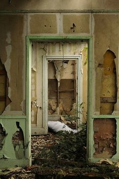 abandoned buildings in paris