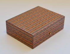 COFANETTO per PENNE Fantasia di legni pregiati, bordi interni in legno a vista chiusura a bottone, interno rivestito in tessuto  Dimensioni; cm. 20 x 15,5 x 6,5