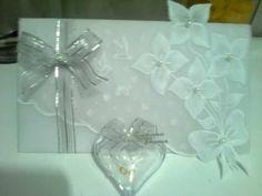 Oi Meninas!! Eu vi no YouTube um vídeo ensinando a fazer convites de casamento com papel vegetal. Achei mto lindo...sem fala q é original e mto fácil de fazer. Bom, eu já comprei a maior parte dos materiais e vou tentar fazer para o meu casamento!