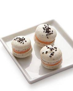 Un macaron en apéritif?  Ceux-ci allient saumons, échalotes et crème fraîche. Smoked Salmon and Sesame Seed Macaron Recipe