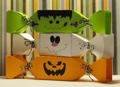 Halloween treat boxes by carlene Dulceros Halloween, Bonbon Halloween, Halloween Treat Boxes, Adornos Halloween, Halloween Cards, Holidays Halloween, Halloween Treats, Wooden Halloween Signs, Halloween Labels