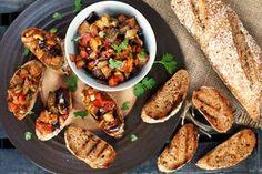 A caponata az olaszok lecsója, amit ehetünk kenyérrel is, de ha kisebb darabokra vágjuk a hozzávalókat, akkor remek előétel is lehet belőle, csak pár pirítóst kell összedobni mellé!