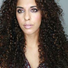 Con esta pose de #egoblogger intensa (sin retoques ni filtros)  os doy los buenos días mis bellas y os aviso que hay nuevo vídeos de productos para #pelorizado en el canal  #curlypower #pelochino #curlygirl #curl #pelazofructis #cachos  #cabello #divasdecachos #bb #bblogger #beauty #mua #makeup #selfie #picoftheday #youtuber #instagrammer #rizos #rizosnaturales