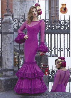 Traje de Flamenca modelo Deseo,perteneciente a la colección 2016-2017 de Creaciones Mari Cruz, de corte muy ceñido y ajustado, que realza la figura, y está rematado con mangas con volantes grandes llenos de movimiento. Todos los diseños de Mari Cruz son fabricados artesanalmente, por eso tiene un tiempo defabricación de 30 días laborables.  El precio es sólo del vestido. No incluye los complementos.
