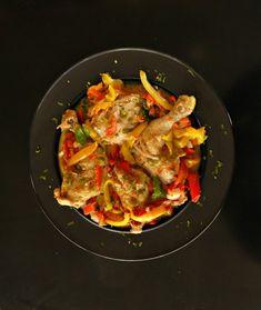 κοτόπουλο με πιπεριές πολύχρωμες Thai Red Curry, Recipies, Sweets, Ethnic Recipes, Drink, Food, Recipes, Beverage, Gummi Candy