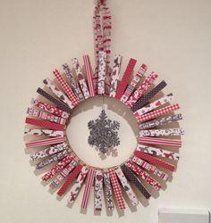 Peg wreath Christmas Décor, Christmas Mason Jars, Christmas Wreaths, Christmas Crafts, Christmas Ornaments, Wreath Ideas, Diy Wreath, Garland Hanger, Advent