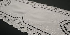 Hand Embroidered White Doily Table Runner, Vintage 80s, 29x67cm / 11 1/2 x26 1/2 in Lace Border, Satin Stitch, Doilies, Table Runners, Needlework, Delicate, Colours, Shapes, Handarbeit