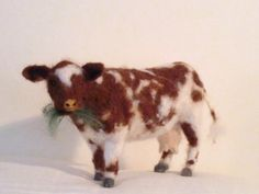 This cow is needle felted of wool using a single barded needle. It´s a recent commission. It´s 13 x 22 cm (5 x 8,5 inches) and so far it´s the biggest and toughest cimmission I´ve done.