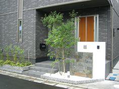 玄関前にシンボルツリーを植えた門まわり 樹木が玄関周りの目隠しに Entrance, Garage Doors, Exterior, Architecture, Outdoor Decor, Home Decor, Arquitetura, Entryway, Decoration Home
