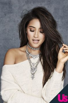 Your source on actress Shay Mitchell, best known for her role as Emily Fields in Pretty Little Liars. We are not associated with Shay Mitchell. Pretty Little Liars, Shay Mitchell Style, Shay Mitchell Haircut, Shay Mitchell Makeup, Great Hair, Woman Crush, Dark Hair, Brown Hair, Girl Crushes