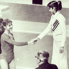 Olga Korbut (à gauche) félicite Nadia Comaneci sur le podium des jeux olympiques au Forum de Montréal. Comaneci s'est méritée l'or avec une note parfaite de 10 aux barres asymétriques.