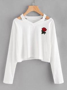 Camiseta con abertura en el cuello y parche de rosa