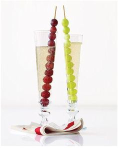 New Year's Eve - In Spain they eat 12 grapes at midnight for good luck. Thread 12 grapes on a skewer for each guest and serve in a tall champagne flute. 12 Grapes, Frozen Grapes, Frozen Fruit, New Years Eve Drinks, New Years Eve Party, Sparkling Grape Juice, Lucky Food, New Years Appetizers, New Years Traditions