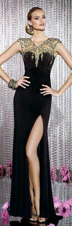 Sonar con vestido negro con dorado