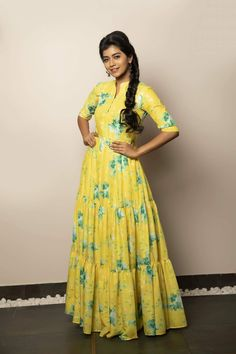 When you have a not so tall fabric, but just a super long one, great idea to still add flare Lovely Dresses, Simple Dresses, Casual Dresses, Fashion Dresses, Long Gown Dress, Frock Dress, Salwar Neck Designs, Moda Formal, Frock Design
