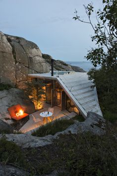 This small cabin on the rocky coast of Sandefjord, Norway was designed by the Architecture firm Lund Hagem Cabins In The Woods, Lund, Cabana, Exterior Design, Architecture Design, Sustainable Architecture, Natural Architecture, California Architecture, Beautiful Places