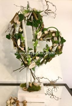 Pin by Annick franck on hobby Deco Floral, Arte Floral, Spring Flowers Images, Outdoor Christmas Decorations, Easter Wreaths, How To Make Wreaths, Holidays And Events, Grapevine Wreath, Wedding Centerpieces