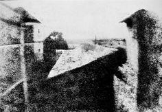 """La Primera Fotografía (1827)   Me gusta FuenteTomada por Joseph Nicéphore Niepce, esta imagen un tanto inquietante es conocida como """"Vista desde la ventana en Le Gras"""". Esta primera incursión en el nuevo arte / tecnología de la fotografía causó una gran sensación. Para nosotros es difícil pero no imposible apreciar la maravilla que puso suponer en el momento. Aunque es difícil de distinguir, esta imagen captura los alrededores del fotógrado y partes de un edificio."""