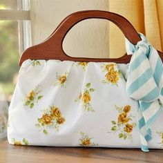 Sew up a vintage inspired Wood Handle Handbag - super easy with step by step photos. thanks so for great share xox
