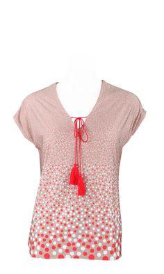 f3b333cfae9720 TANTOE TAUPE ROUGE ,T.Shirt forme T, col V,coloris beige pois écru et rouge,attache  lien pompons,vendu 39,9€ sur www.depechmod.fr