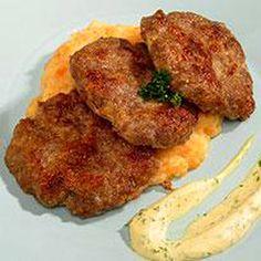 Juustoiset jauhelihapihvit ja juuresmuusi - Reseptit - Ilta-Sanomat Tandoori Chicken, Food And Drink, Meat, Ethnic Recipes, Koti, Waiting, Drinks, Drinking, Beverages