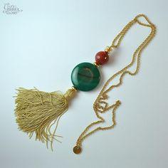 Collar largo con cadena de latón dorada, ágatas verdes XL y pon pon de flecos en seda beige. Collar de alta bisutería.