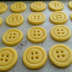 """433 Likes, 6 Comments - ⚪ Zehra Şeyma (@zhrseyma) on Instagram: """"Kakaolu ipleri piştikten sonra takılan düğme kurabiyeler..😉 🔴🔴🔴🔴🔴🔴🔴🔴🔴🔴🔴🔴🔴🔴🔴🔴🔴🔴🔴🔴 ~ DÜĞME KURABİYE ~…"""""""
