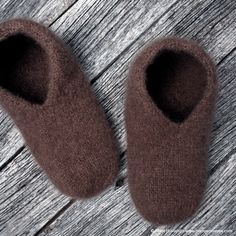 Tovede tøfler - steg for steg - Borrow my eyes Felted Slippers, Knitting Patterns, Crochet Pattern, String Bag, Crochet Afghans, Knitting Socks, Knitted Bags, Holidays And Events, The Borrowers
