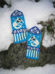 Why not let your fondness for wildlife (and for wildlife conservation) inspire your next knitting project? Add these patterns featuring black bears, arctic foxes, eagles and more to your fall wardrobe. Fox Pattern, Mittens Pattern, Knit Mittens, Mitten Gloves, Knitting Socks, Knit Socks, Knitting Charts, Knitting Stitches, Knitting Needles