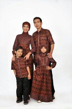 Memakai baju muslim keluarga untuk bapak ibu dan anak saat datang ke sebuah  acara keluarga besar 3633b542d1