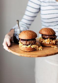 Shrimp & pork burgers with hoisin sauce - Trois fois par jour Sauce Hoisin, Pork Medallions, Pork Burgers, Creamy Mushrooms, Creative Food, Meat Recipes, Love Food, Food Photography, Sandwiches