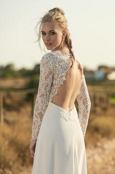 Rembo styling — Kollektion 2018 — Moccasin: Atemberaubendes Kleid mit einem sexy Schlitz im Rock und einem wunderschönen Rückendekollete. Oberteil aus hochweriger Spitze, Rock aus Italienischem Crepe.