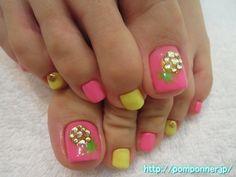 ネオンカラーにパイナップル柄のフットネイル  foot nail pineapple pattern shines in neon colors. The monochromatic paint neon pink, yellow, a thumb was topped with pineapple Art. I put the shell parts of the epidemic in the ring finger at the point.
