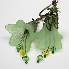 Light peridot Lucite trumpet flowers are the main attraction in these lovely and feminine handmade vintage style earrings. green and gol. Lucite Flower Earrings, Bead Earrings, Flower Jewelry, Wire Jewelry, Jewelry Crafts, Pearl Jewelry, Bijoux Wire Wrap, Earrings Handmade, Handmade Jewelry