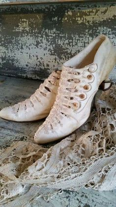 Victorian/Edwardian style still influencing footwear in the Edwardian Shoes, Victorian Shoes, Edwardian Fashion, Vintage Fashion, Edwardian Style, Vintage Outfits, Vintage Gowns, Mode Vintage, Vintage Shoes