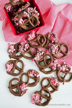 Chocolate Peppermint Pretzels are oddly satisfying. Salty, sweet and minty is a great combination. The recipe is super easy and perfect for the holidays. Candy Recipes, Holiday Recipes, Dessert Recipes, Dessert Ideas, Baking Recipes, Cookie Recipes, Chocolate Dipped, Chocolate Desserts, Mousse