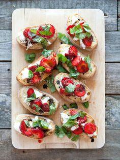 Alles is aardbei! Crostini met aardbeien en balsamico   eten uit de volkstuin