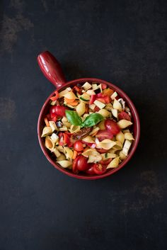 Schnelle One Pot Pasta mit einer Tomaten-Gemüsesoße, in zehn Minuten in einem Topf gegart.