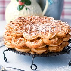 My brother just had this awesome idea - this is soooo easy to make! And so cheap! And soooo gooooddd!!! And it looks fab! And those waffles smell so delicious! Would give the cafe a really nice fraguence branding! Best with powder sugar :-B Herzwaffeln mit Puderzucker