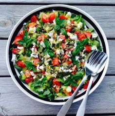 We get this simple salad several times a week throughout the summer. Side Recipes, Real Food Recipes, Healthy Recipes, Easy Salads, Easy Meals, Brunch Salad, Different Salads, Food Plus, Pot Pasta