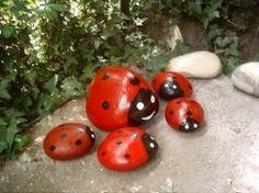 Zoek mooie stenen en verf ze! / Paint stones